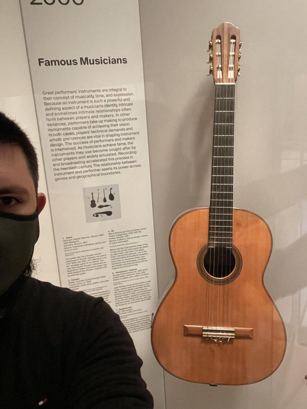 Вот эта гитара в Metropolitan Museum