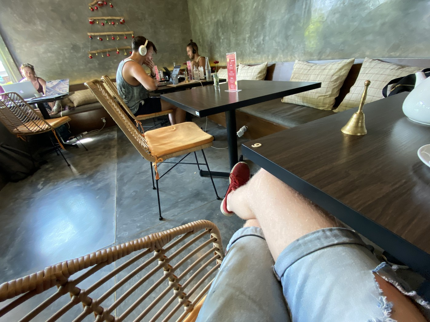 Amolas Cafe — типичное кафе в Чангу, все столики заняты людьми с ноутбуками