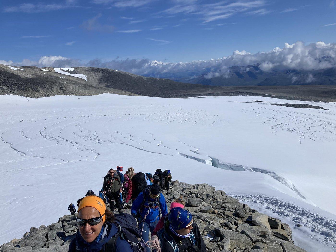 Выйдя на скалу ледник смотрится интереснее.