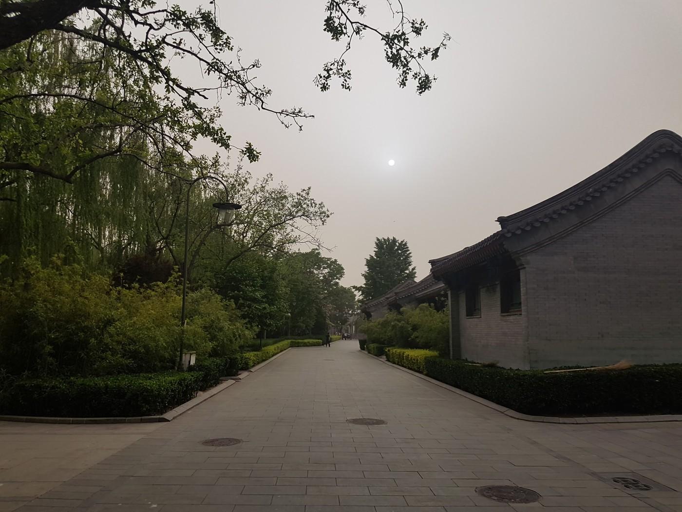 Пекин, песчанная буря, белая точка - Солнце, и это не облака