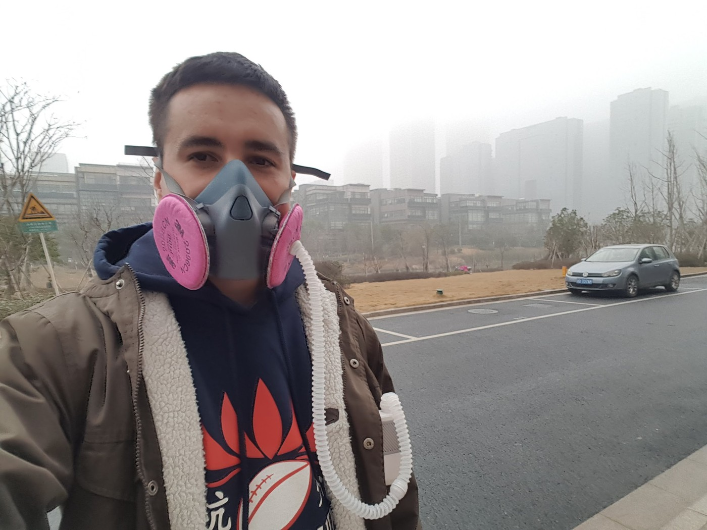 Смог зимой в Ханчжоу. Приделал к маске электро-фильтр с наддувом