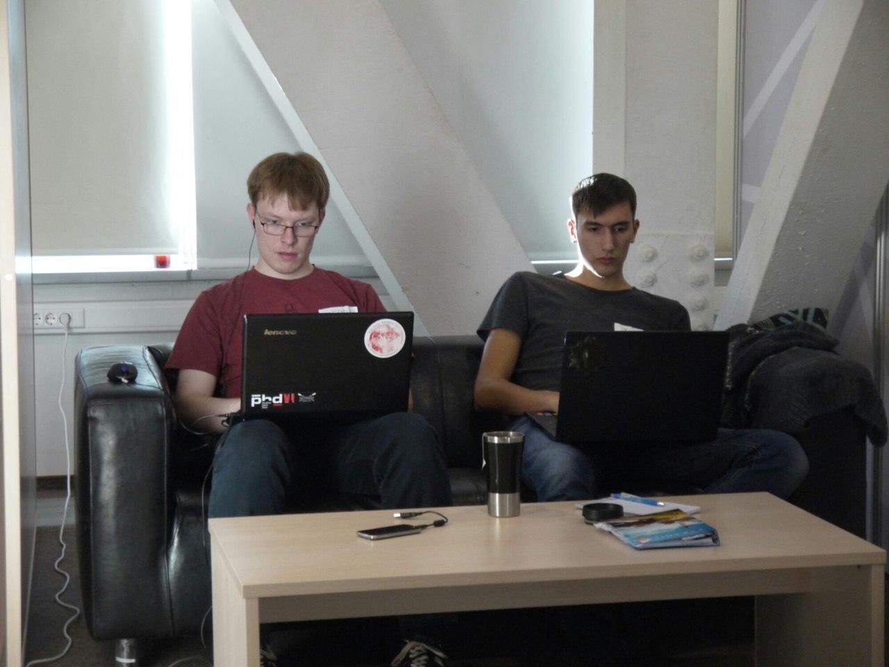 Так выглядят весёлые программисты, да! Нам весело!