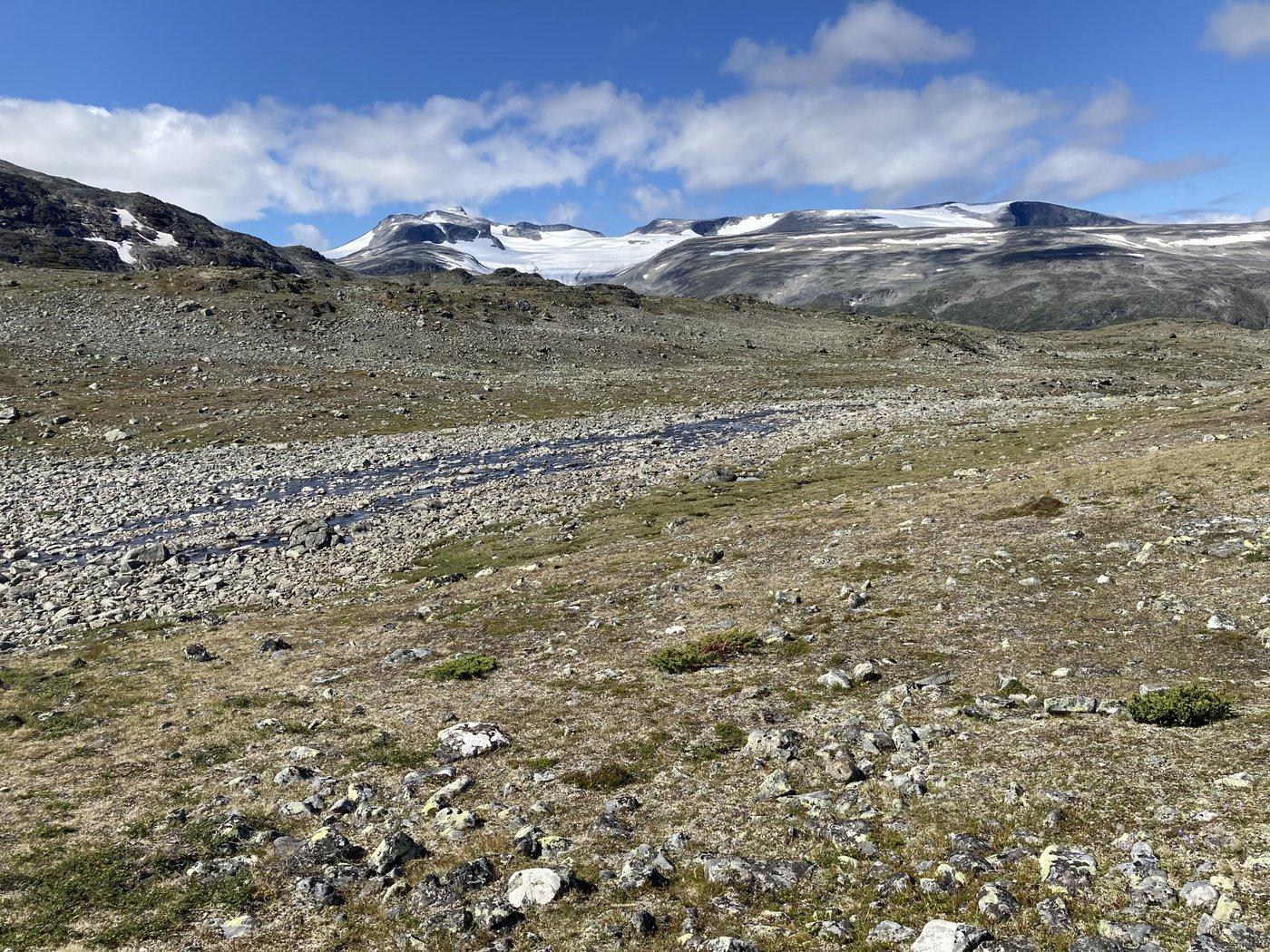 В зависимости от сезона может понадобиться  пересекать горные реки.