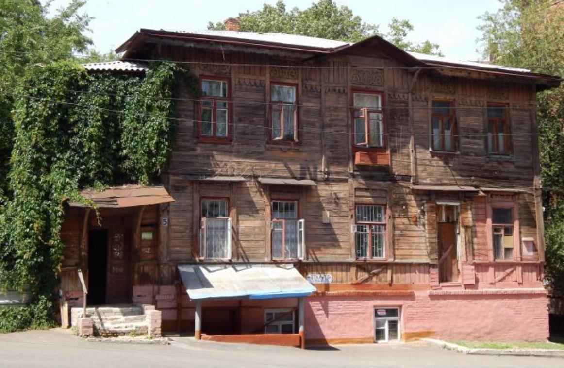 Единственное сохранившееся деревянное здание XIX века на Крутогорном спуске