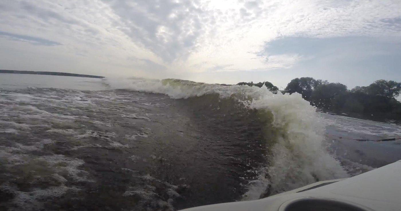 Не самая идеальная, но вполне катабельная вейксёрф волна