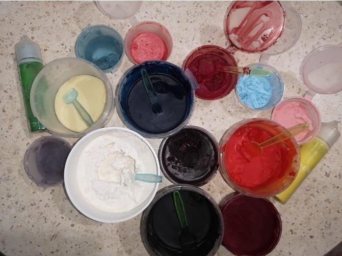 Я намешиваю много основного цвета, и из него потом делаю сопутствующие
