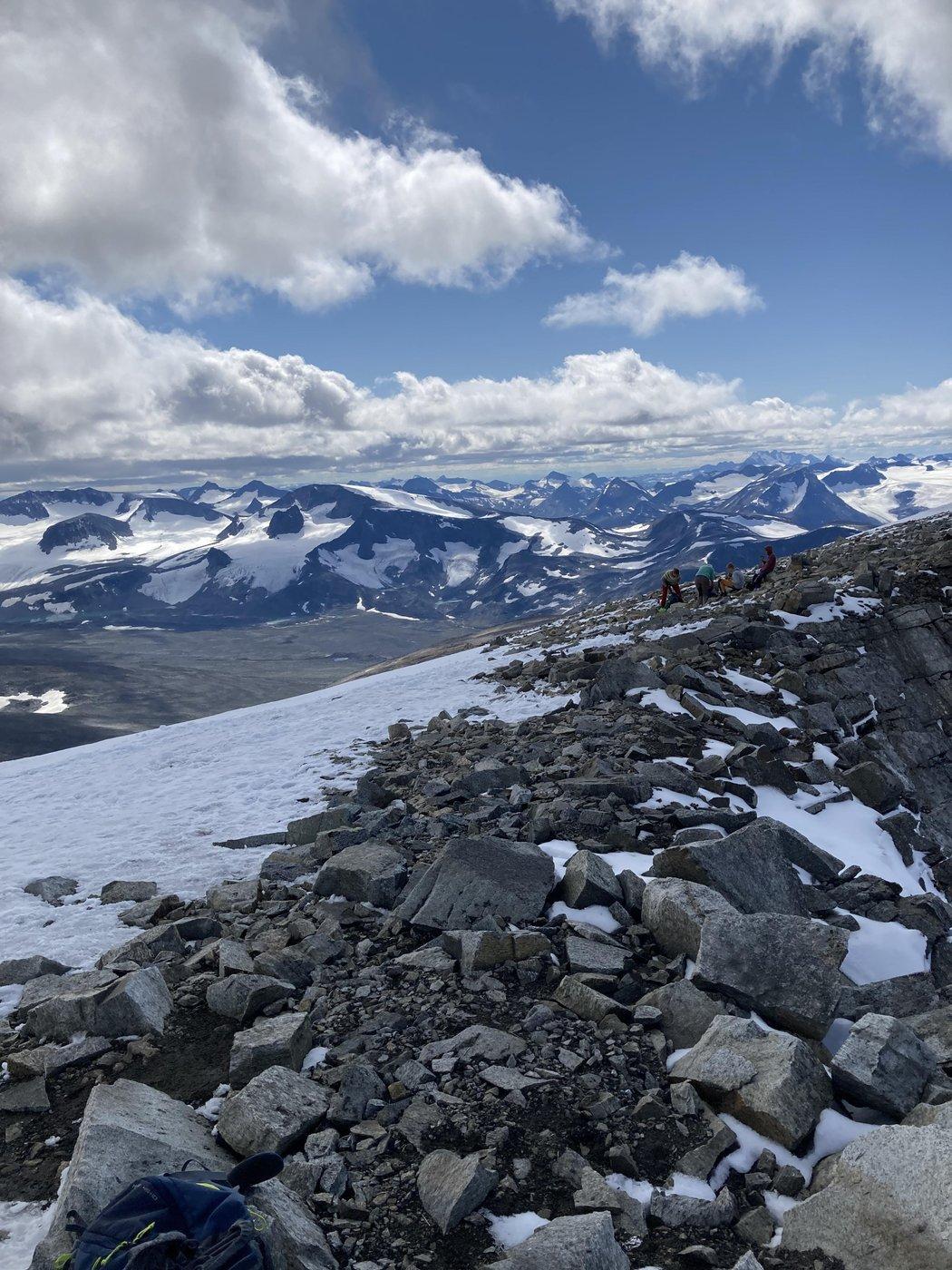 С которого открывается отличный вид на близлежащие горы