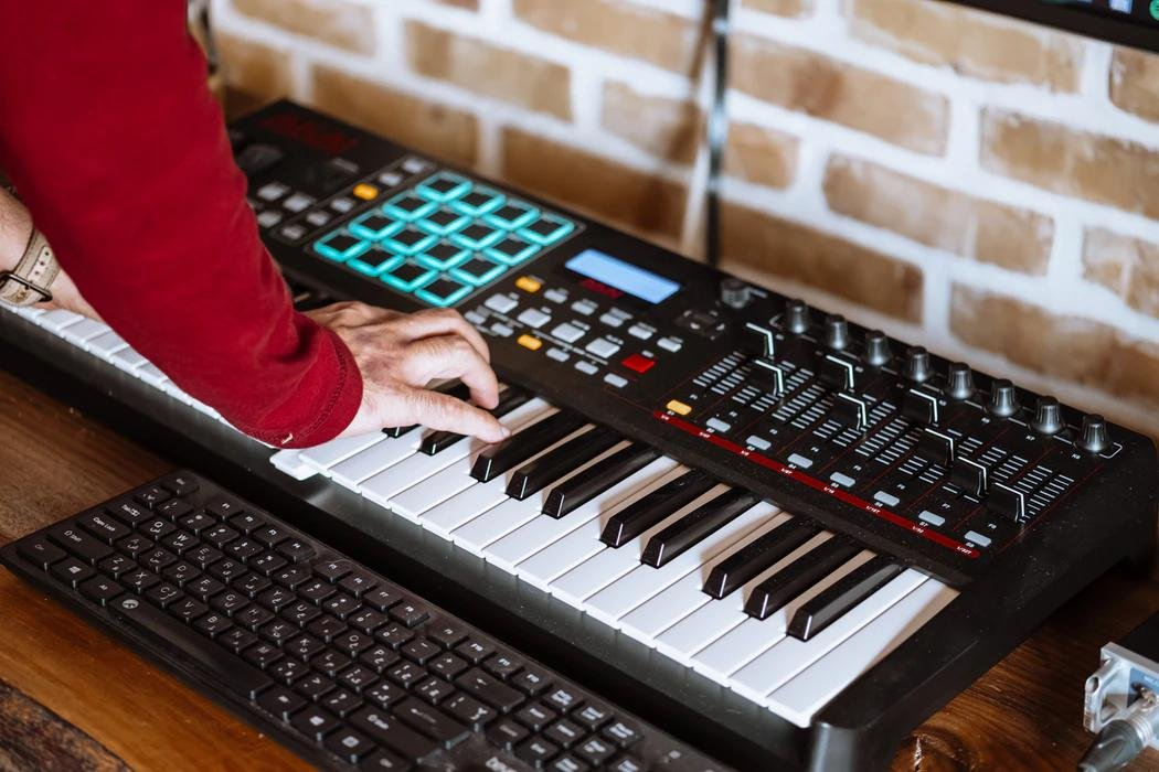 MIDI-контроллер AKAI очень похож на синтезаторы, но им не является, однако им можно контролировать другие синтезаторы
