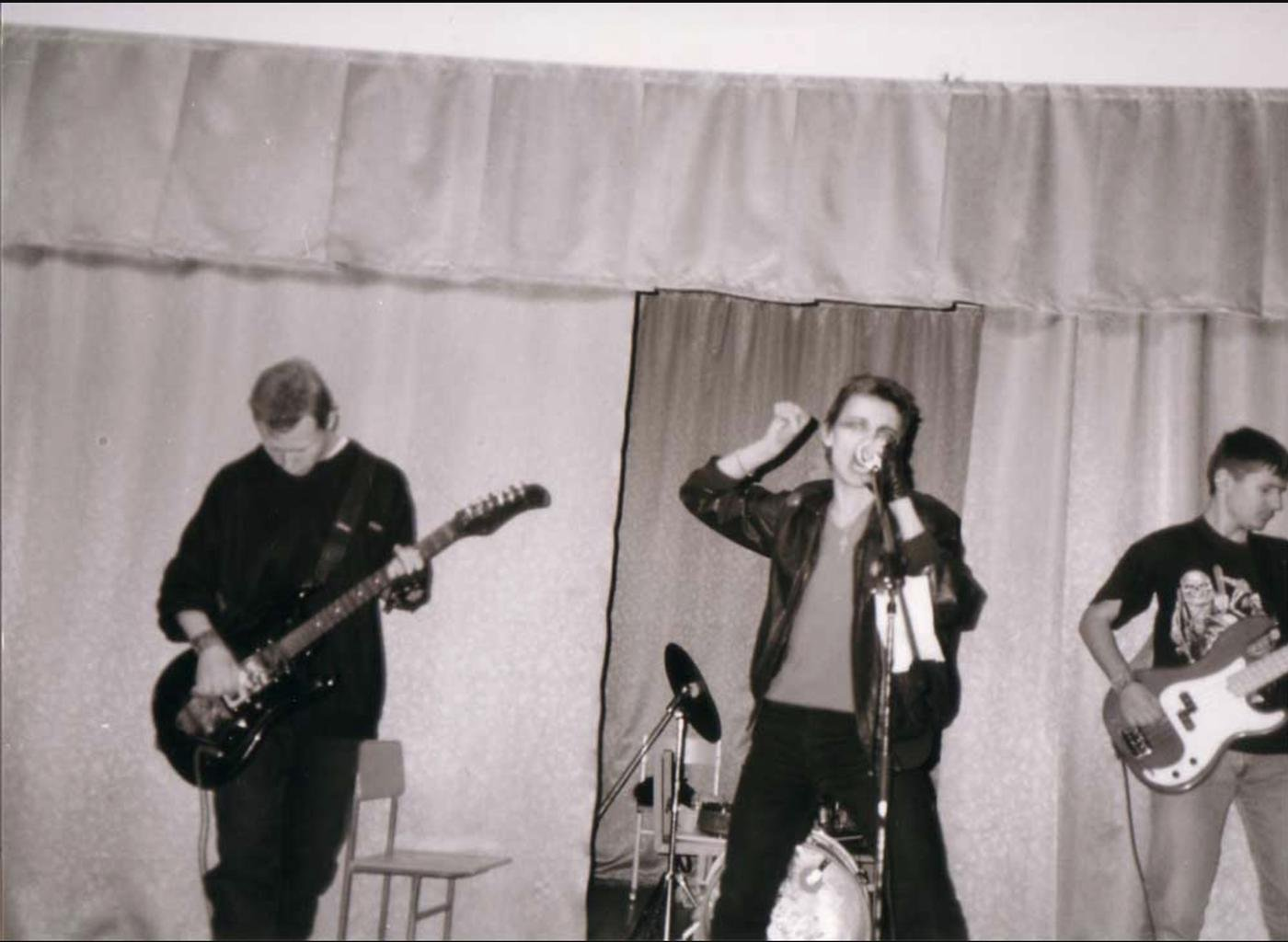 Первый концерт в школе. Я с басом справа, Юра слева, Леха поет