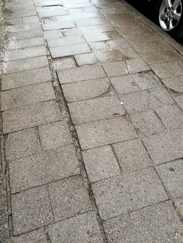 Типичный тротуар в Вильнюсе