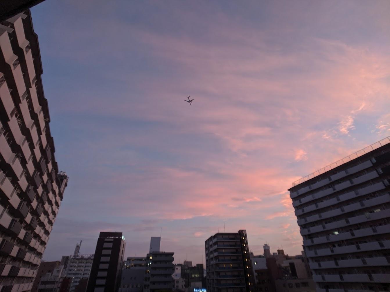Днём над домом по субботам летают самолёты, нам нравится