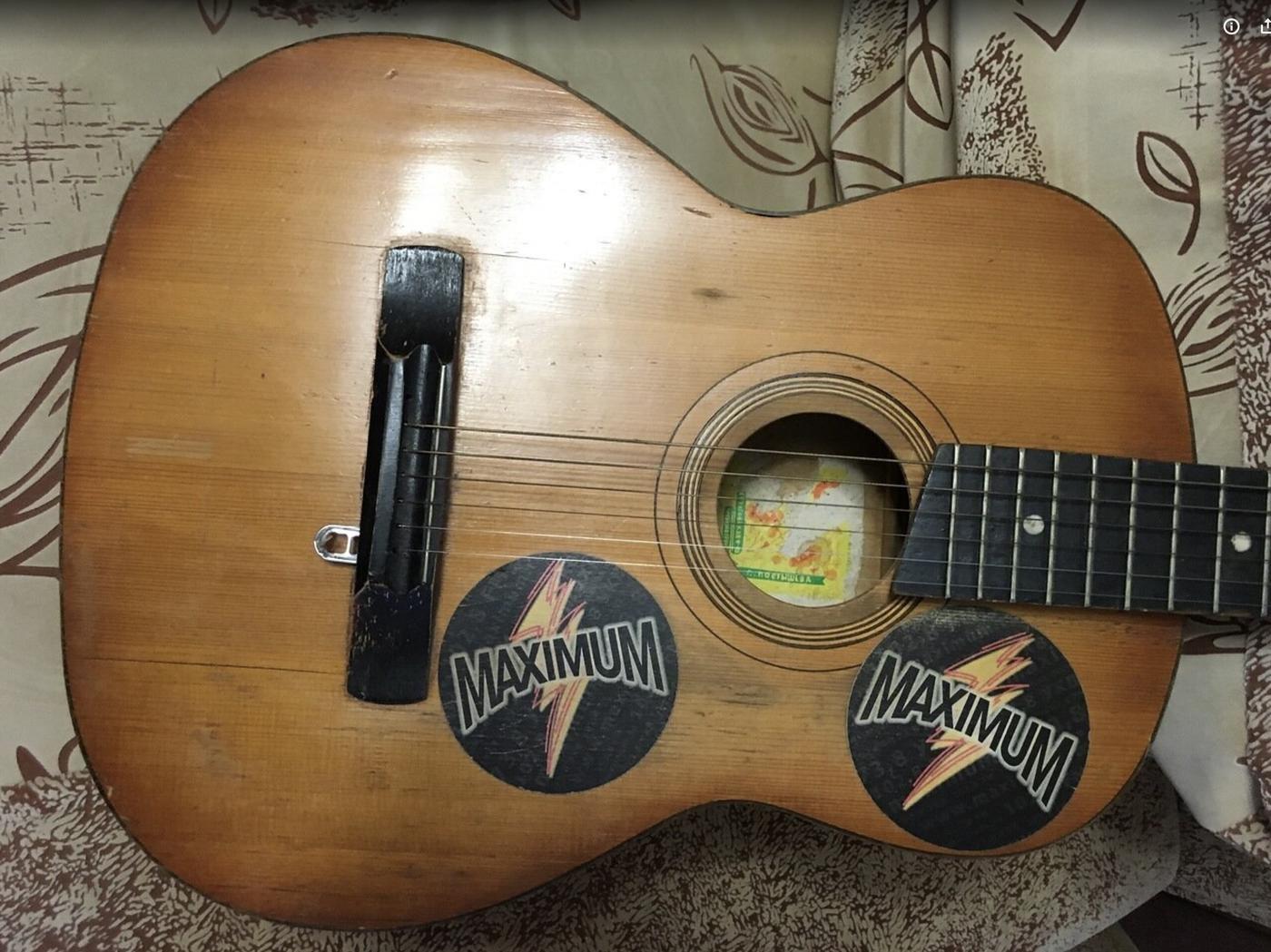 Нашел фото первой гитары, правда только обрезаное