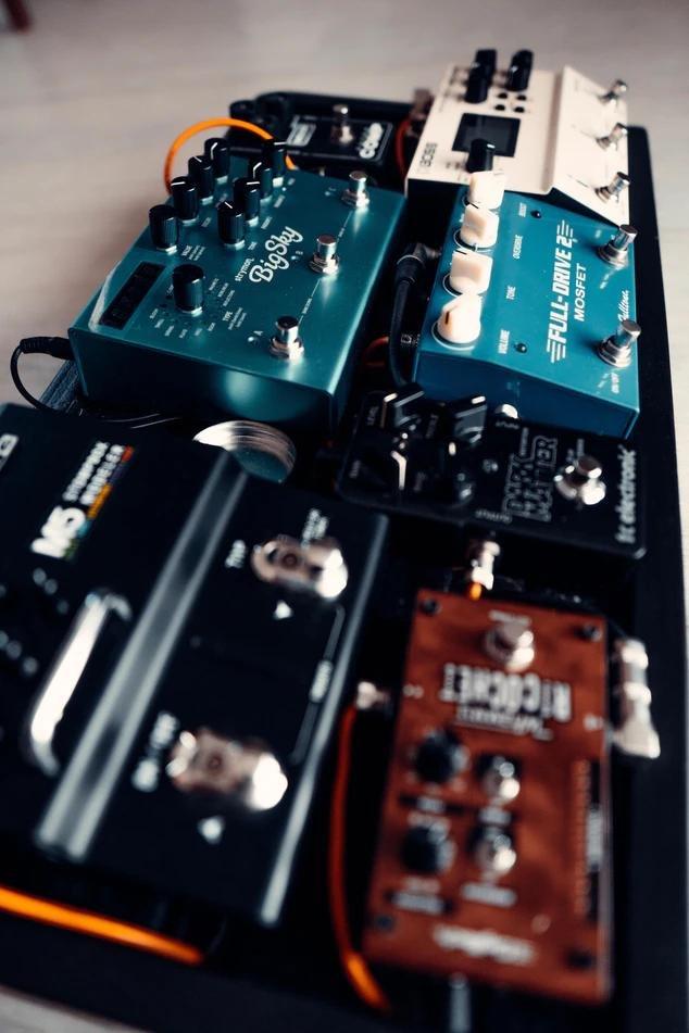 На картинке гитарные эффекты, которые сейчас стало модно подключать к синтезаторам